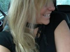 Blondine will mal im Auto ficken