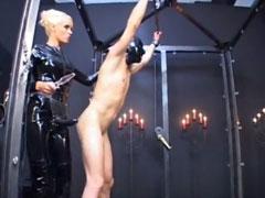 Deutsche Latex Domina züchtigt ihren Sklaven