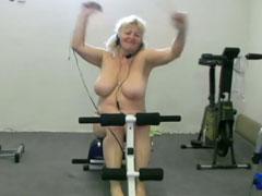 Fette Oma treibt nackt Sport