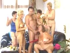 Geile Omis geniessen heissen Gruppensex