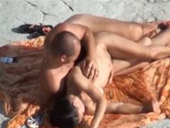 Nacktes Paar heimlich am Strand beim Ficken gefilmt