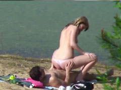 Paar fickt am Strand und wird dabei gefilmt