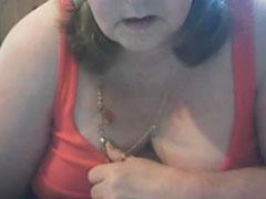 Fette Hausfrau masturbiert vor der Webcam