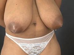 Schwangere Latinas melken ihre Titten