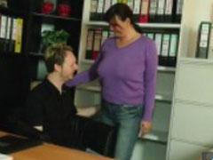 Mutter geil im Büro gefickt