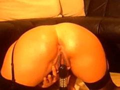Schlampe fickt sich selbst in den Arsch