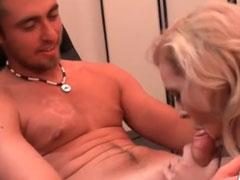 Reife Blondine bläst jungen deutschen Schwanz