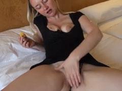 Blonde Schlampe masturbiert für euch