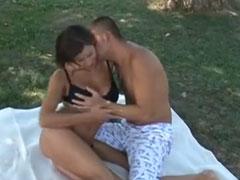 Junges Paar fickt wild im Wald