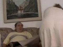 Fettes Assipaar fickt auf der Couch