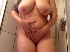 Dicke Frau duscht