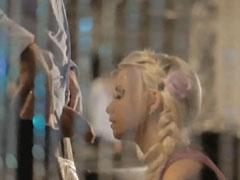 Extrem hübsche Blondine bläst ihrem Mann den Schwanz