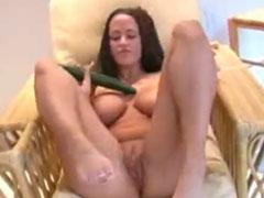 Deutsche Pornodarstellerin fickt sich mit Gurken
