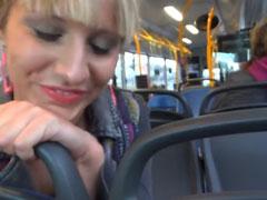 Lena Loch bläst gerne öffentlich Schwänze