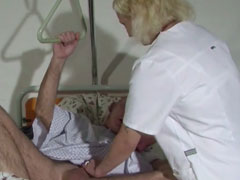 Alter Mann fickt junge, blonde Krankenschwester