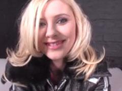 Süsse Blondine reibt sich ihre rosige Fotze
