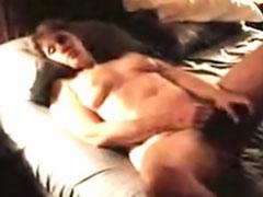 Reife Mutter masturbiert quer durch die Wohnung