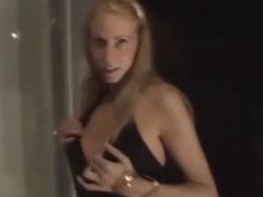 Zeigefreudige Blondine nackt auf dem Balkon