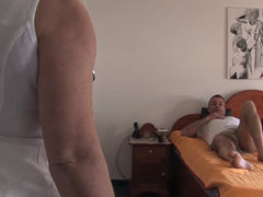 Alte, reife Krankenschwester fickt mit ihren Patienten