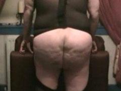 Mutters fetter Arsch wird hart ausgepeitscht