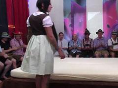 Frauen im Dirndl von Männern in Lederhosen gefickt
