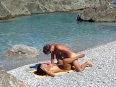 Junges Paar fickt am Strand