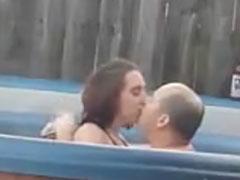 Fetter Mann fickt junge Schlampe im Pool