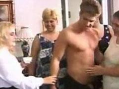 Schwarzer und Weisser ficken notgeile fette Hausfrauen