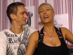 Reife Hausfrau mit ihrem Mann beim Pornocasting