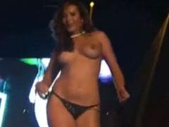Heisser Striptease auf einer Sex Messe