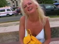 Blondine auf Malle abgeschleppt