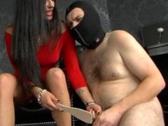 Domina tritt ihrem Sklaven in die Eier