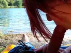 Schlampe bläst Schwanz draussen am See