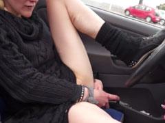 Abgewrackte Schlampe masturbiert im Auto