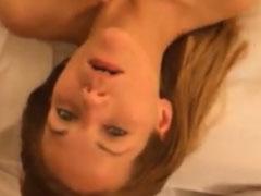 Jungem Mädchen auf die Titten gewichst