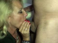 Fremder fickt Mutter im deutschen Porno