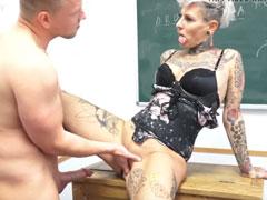 Mutter geil gefickt auf dem Lehrerpult