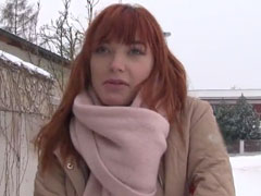 Rothaarige junge Frau im Strassencasting Porno