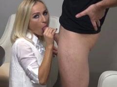 Blondinen Porno mit einer heissen reifen Mutter