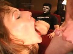 Reife Frau mit Wichse im Mund