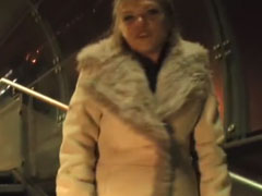 Mädchen pisst in der U-Bahnstation