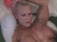 Bodybuilderin masturbiert in der Badewanne