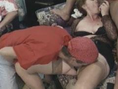 Geile Sex Orgie mit notgeilen Hausfrauen