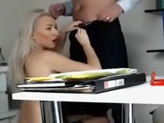 Blondine vom Chef gevögelt