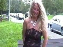 Mädchen pisst am Rastplatz
