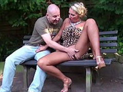 Pornostars poppen auf einer Parkbank