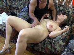Reife Hausfrau geniesst harten Schwanz im Arsch